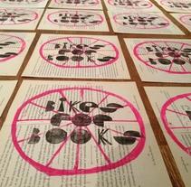 bikes for books, 2 sellos linotipados sobre libros reciclados. Un proyecto de Dirección de arte, Artesanía, Bellas Artes, Diseño gráfico, Tipografía y Caligrafía de NosE lanariz         - 22.11.2014
