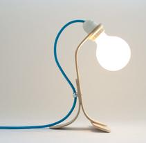 Lámpara de sobremesa de madera curvada. Un proyecto de Artesanía, Diseño de muebles, Diseño industrial, Diseño de iluminación y Diseño de producto de Oitenta  Objects are not just things  - 17-02-2016